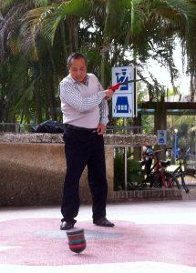 Un joueur de toupie chinoise dans un square de Zhanjiang